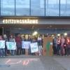 Lichterglanz vor dem Rathaus - Kommentar-Krach drinnen