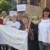 Hier protestieren behinderte Frauen vor dem Rathaus gegen Gewalt