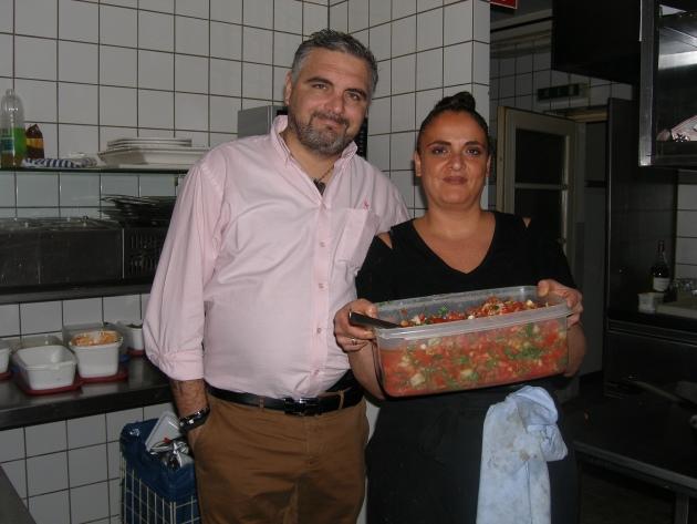 Barbara und Luigi de Nizza servieren als Vorspeise Bruschette mit stets frischem Tomatensalat