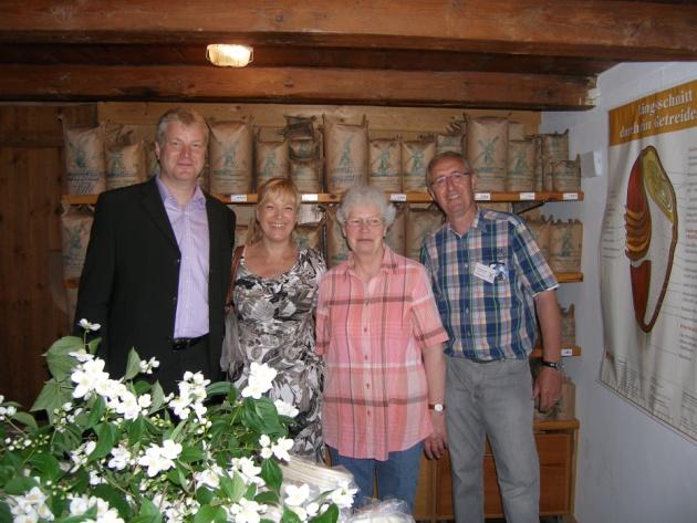 Wolfgang Sievers neben Hannelore Schlüter und dem Ehepaar Bauer beim Mühlentag im Juni