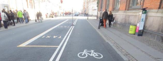 Vorbild Kopenhagen: großzügiger Radfahrstreifen auf einer Straße der dänischen Haupstadt