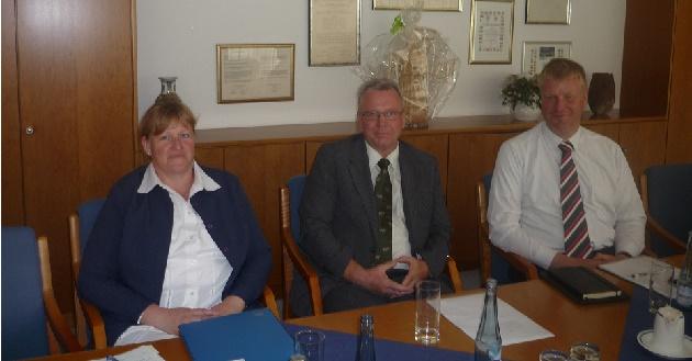 Finanzkontrolleurin Andrea Roth bei ihrer Vorstellung 2014. Neben ihr, Wirtschaftsfördere Christian Herzbach und, Bürgermeister Stefan Bauer