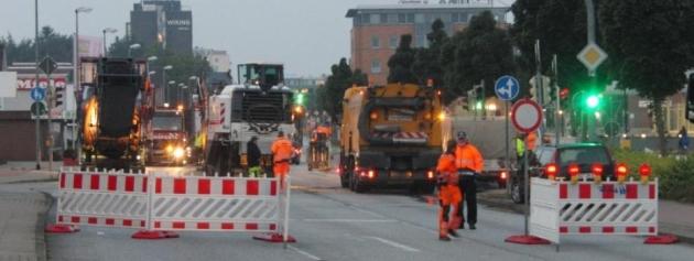 Archivbild aus 2014; damals ebenfalls vom Landesamt für Verkehr angeleierte Sanierung auf Initiative der Ortspolitiker dafür genutzt worden, Fußwege zu verbreitern und zusätzliche Abbiegespuren zu bauen.