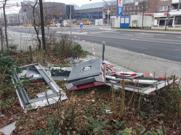 Nur noch ein Haufen Blech: Telefonzelle in Ulzburg