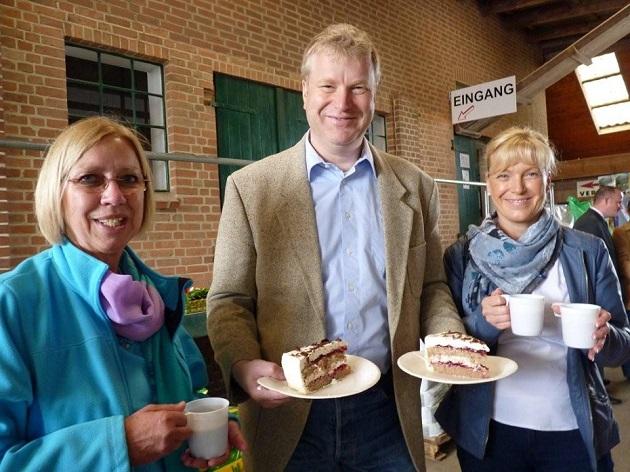 Das Ehepaar Bauer mit köstlicher Buchweizentorte und der zweiten Bürgermeisterin Elisabeth von Bressendorf