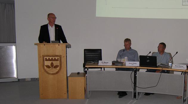 Dirk Aagaard sowie Verwaltung und Politik wollen an der Henstedter Ortsgrenze ein Super-Sportzentrum hinstellen