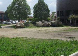Brachfläche neben der CCU-Tiefgaragenzufahrt und der Rathaus-Rotunde