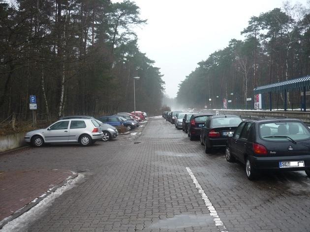 Voll belegt: der P&R -Platz Meeschensee. Die freien Plätze vorne links sind Behinderten vorbehalten