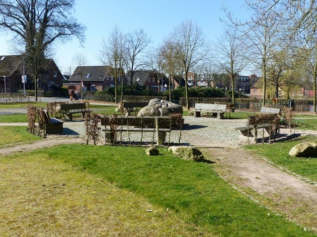 Die Brunnenanlage in Henstedt ähnelt zweifelllos der Brunnenanlage auf Rügen – nur mit dem Unterschied, dass er – noch – keine Pergola hat