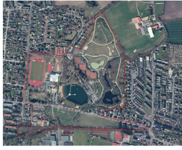 Das Freibad ist die dunkle Fläche in der Mitte, die Grenzen des Plangebiets zeigt die rote Linie an
