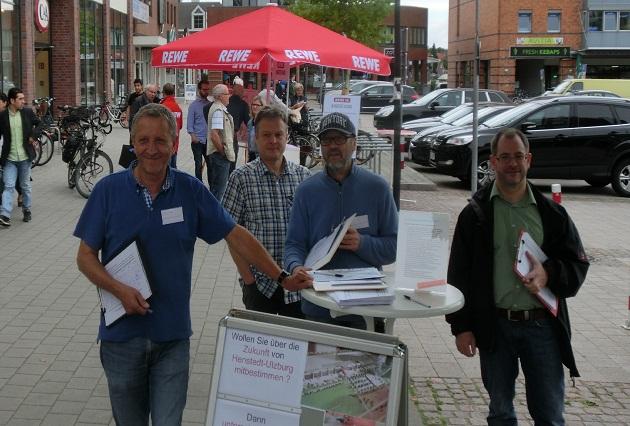 Benno Colmorgen, Henning Siemund, Ronald Finsterbusch, Stefan Schneider - Im Hintergrund der Rewe-Informationsstand