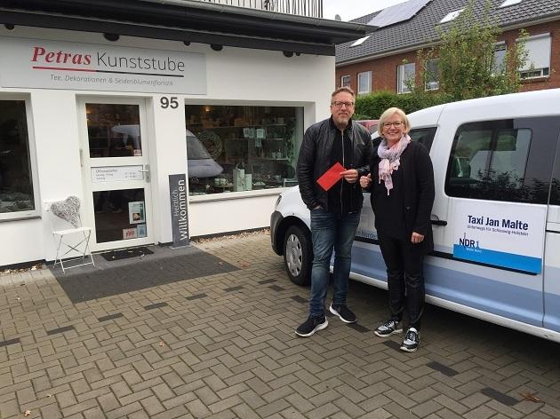 """Petra Grollmann mit Jan Malte Andresen vor ihrem Geschäft """"Petras Kunststube"""" in der Maurepasstraße 95. Sie fuhr mit dem Taxi von zuhause in Ihre Firma."""