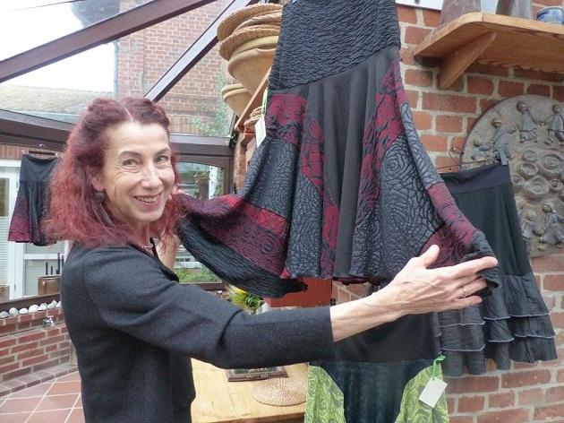 Die Designerin Frau Dr. Christa Scholing-Grabow vor einem ihrer Lieblingsröcke