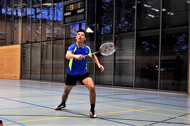 Marcel Muchaier nimmt den Ball mit der Rückhand an