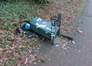 Beschmiert und demoliert - Mülleimer auf dem Korl-Barmstedt-Weg in Ulzburg