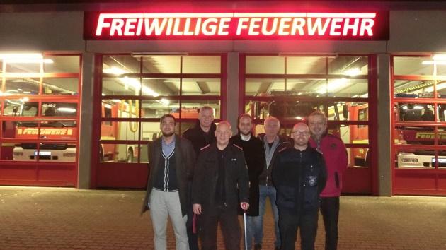 Stolz unterm neuen Schild: Timo Scholle, Dirk Asmus, Gemeindewehrführer Jan Knoll, Leo Schäfer, Dirk Rohlfing, André Schneider, Bernd Utecht (v.l.)