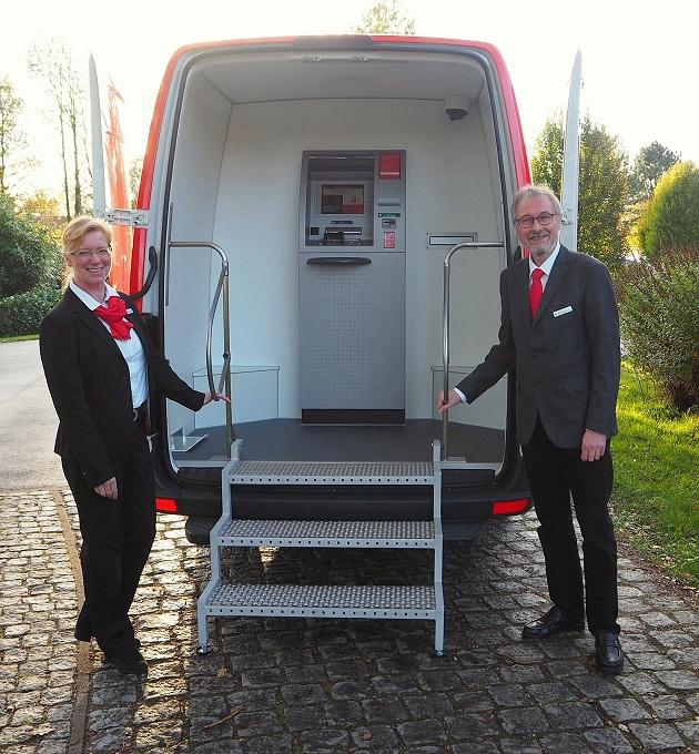 Die beiden Sparkassenmitarbeiter Anne-Kathrin Vollendorf und Wolfgang Bauer sind das Team der neuen Mobilen Filiale.