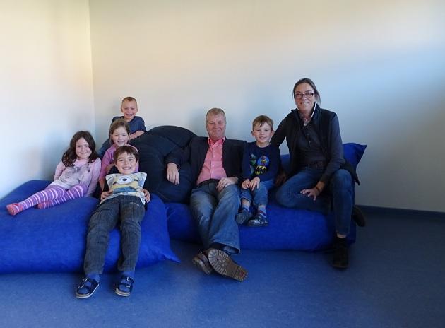 Kinder der Kita Kranichstraße freuen sich zusammen mit Leiterin Britta Ruhstein und Bürgermeister Stefan Bauer über den neuen Gruppenraum