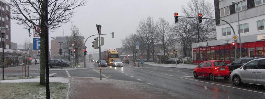 Der Verkehr steht auf der Hamburger Straße - aber aus der Tiefgarage kommt nichts