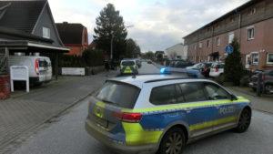 Abgesperrte Beckersbergstraße am Neujahrstag - Polizisten bereiten sich zum Sturm auf die alte Jugendstilvilla vor
