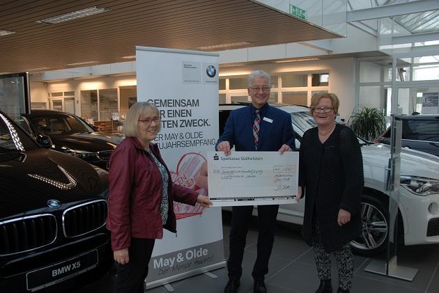 Bernhard Alder und Anke Flessau vom BMW-Autohaus überreichen den Scheck an Lebenshilfe-Geschäftsfüherin Brunhild Lübbert