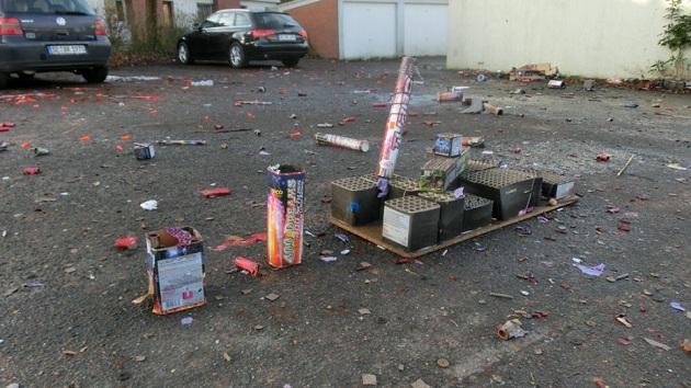 Ernüchternde Hinterlassenschaft der Sylvesternacht auf einem öffentlichen Parkplatz im Beckersbergring