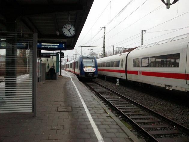 Neumünster Hauptbahnhof - eine AKN neben einem ICE