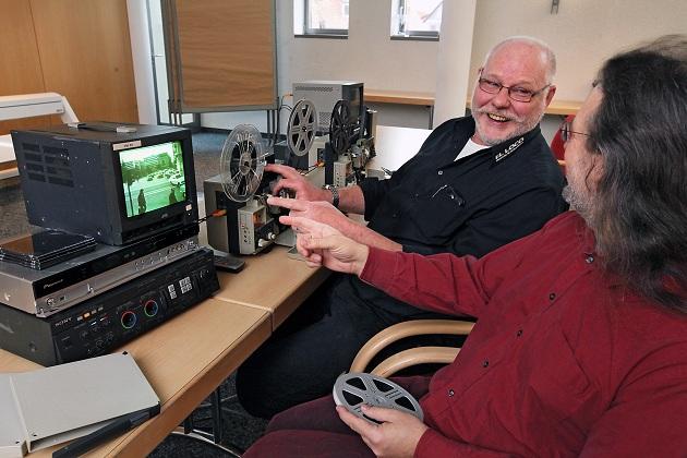 EL-LOCO-Geschäftsführer Walter Keese digitalisiert den Film eines Kunden; Foto: Bernhard Preuß/Lippische Landes-Zeitung