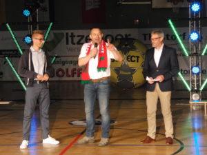 """Handballboss Wulf Winterhoff (Mitte) flankiert von """"FOM"""" Finn-Ole Martins (links) und Henstedt-Ulzburgs stellvertretendem Bürgermeister Wilhelm Dahmen"""