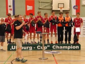 Auf dem Siegerpodest: die 'Langen Kerls' des VfL Potsdam - davor der gut gelaunte Wulf Winterhoff