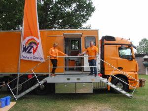 Die Profis in Orange: Silke Possekel und Benjamin Zebold präsentierten auf der HHG-Messe das neue Schadstoffmobil des WZV