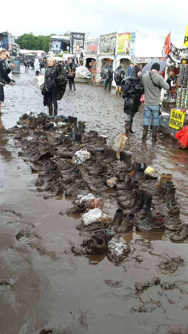 Das gibts nur in Wacken: Riesenauswahl an Second-Hand-Schuhen. Nur farblich ist die Auswahl eingeschränkt.