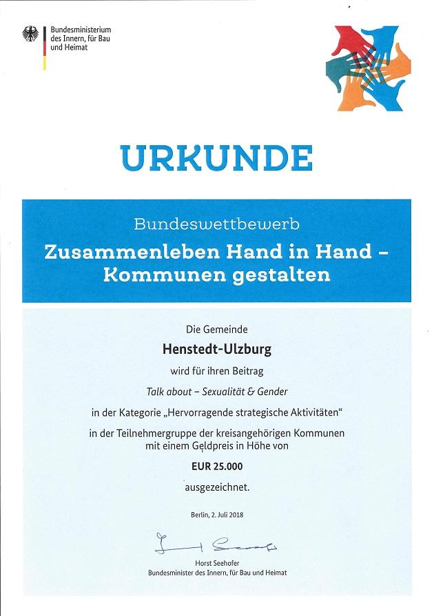 Unterschrieben von Horst Seehofer - die Auszeichnung für Henstedt-Ulzburg
