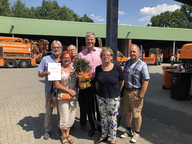 Die Verbandsvertreter des WZV aus Henstedt-Ulzburg freuen sich über 60 Jahre Mitgliedschaft im WZV. Auf dem Bild zu sehen (v.l.n.r.): Horst Ostwald (Verbandsvertreter - SPD), Edda Lessing (stellv. Landrätin – SPD), Dieter Riemenschneider (stellv. Verbandsvertreter – SPD), Bürgermeister Stefan Bauer (Verbandsvertreter), Karin Honerlah (Verbandsvertreterin – WHU), Kai-Uwe Möhler (Verbandsvertreter CDU). Es fehlen auf dem Bild: Verena Grützbach (stellv. Verbandsvertreterin – WHU), Jens Müller (stellv. Verbandsvertreter – CDU)