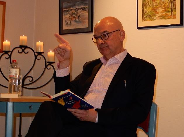 Ausnahmsweise einmal sitzend, aber immer mit vielen Gesten, las er aus einem Kapitel seines neuen Buches