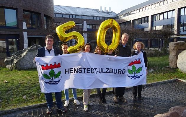 """Bürgermeister Stefan Bauer (2.v.r.) zusammen mit dem Organisationsteam für """"50 Jahre Henstedt-Ulzburg"""" im Europagarten vor dem Rathaus."""