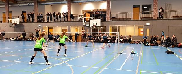 Alina und Linea Kümmel sichern den Punkt im Damendoppel vor einer für die Landesliga gut gefüllten Berkenthiner Kulisse