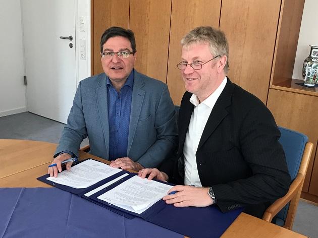 Thomas Köppl  und  Stefan Bauer bie der Vertragsunterzeichnung