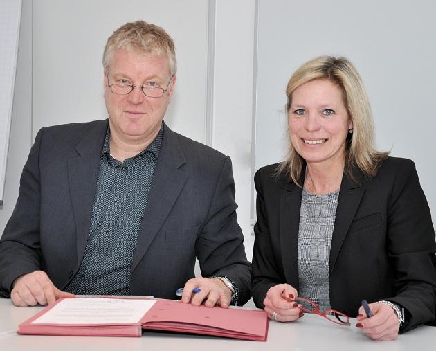 Die Norderstedter Oberbürgermeisterin Elke Christina Roeder und der Bürgermeister von Henstedt-Ulzburg, Stefan Bauer, unterzeichneten den Kooperationsvertrag.