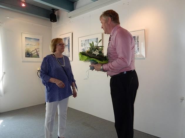 Bürgermeister Stefan Bauer überreicht Monika Manke von der Stiftung Gertraud- und Heinz Manke Blumen und ein Weinpräsent