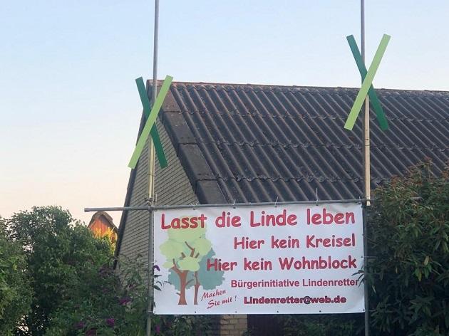 Protestplakat im Vorgarten