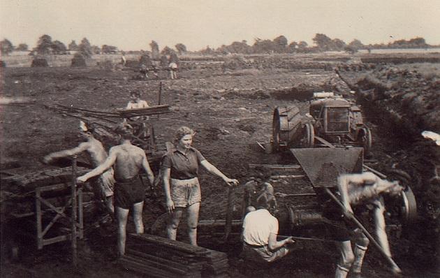 Das Bild zeigt jüdische Jugendliche beim Torfabbau im Harksheider Zwickmoor um 1936 (Quelle: Sammlung Bußenius).