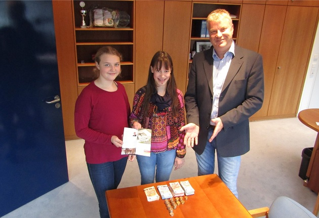 Hanna Blohm und Jannika Sylvester (von links) übergeben Bürgermeister Stefan Bauer den Spendenbetrag des Benefizkonzerts für das Albertinen Hospiz Norderstedt.