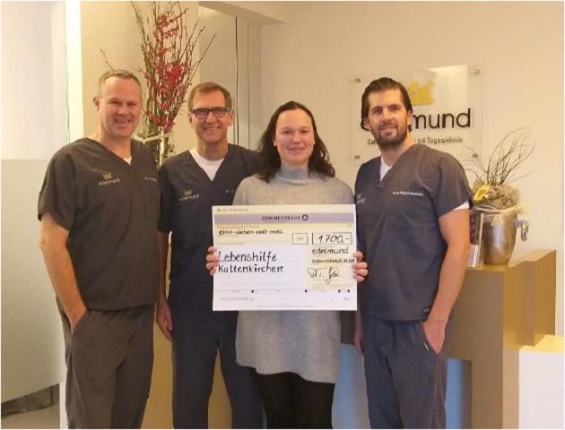 Dr. Tobias Gottwald (links) und Dr. Sven Görrissen (2. von links) und Dr. Polychronakos (rechts) von edelmund übergeben die durch ihre Patienten ermöglichte Spende an die Lebenshilfe Kaltenkirchen