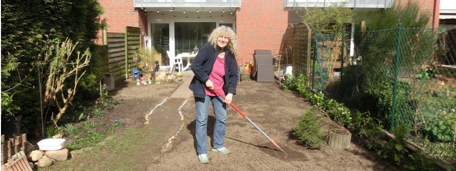 Monika Jörgensen bereitet ihren Garten für neue Pflanzen vor_