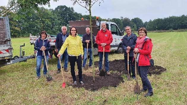 Am Tag der deutschen Einheit pflanzten Bürgervorsteher Henry Danielski und Bürgermeisterin Ulrike Schmidt gemeinsam mit Vertreterinnen und Vertretern aller Fraktionen Bäume zum 50-jährigen Gemeindejubiläum.